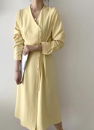 Платье миди бежевое с пуговицами на запах пастельное с защипам...