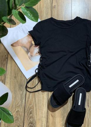 Чёрная хлопковая футболка с шнуровкой по бокам