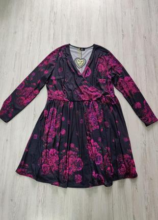 Черное платье с цветами на запах и длинными рукавами