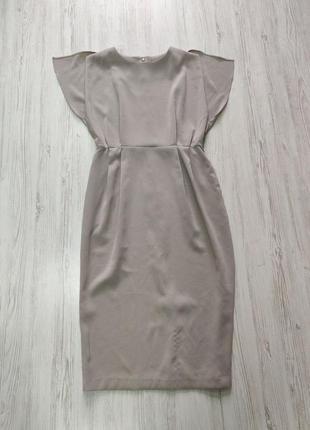 Светло серое длинное платье со складками и с короткими рукавами