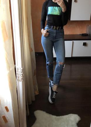 Стильные джинсы с высокой посадкой и кофта