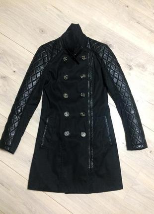 Стильная удлиненная куртка косуха с кожаными рукавами