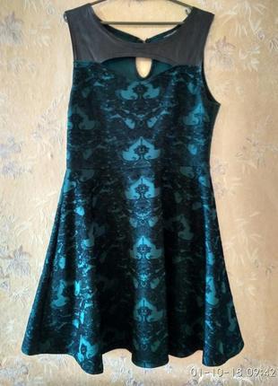 Красивое ажурное платье изумрудного цвета
