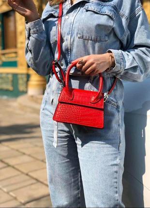 Маленькая красная кожаная сумочка в стиле jacquemus