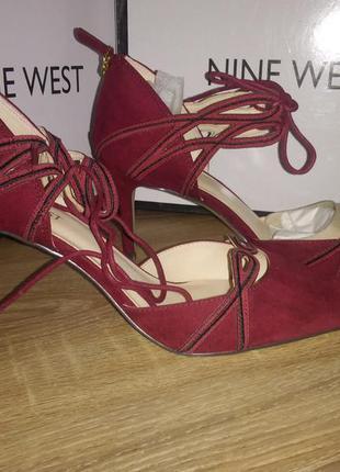 Натуральная замша. стильные туфли на шпильке бордового цвета. ...
