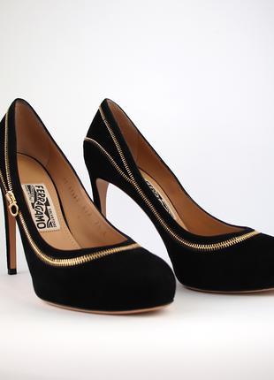 Шикарные черные замшевые туфли бренда Salvatore Ferragamo.