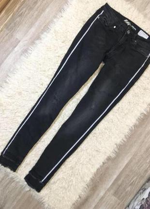 Серые джинсы с лампасами