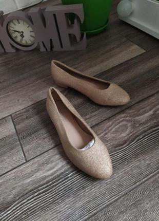 Стильные золотые туфли лоферы