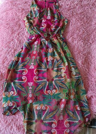 Яркое летнее платье без рукавов длинное сзали короткое впереди