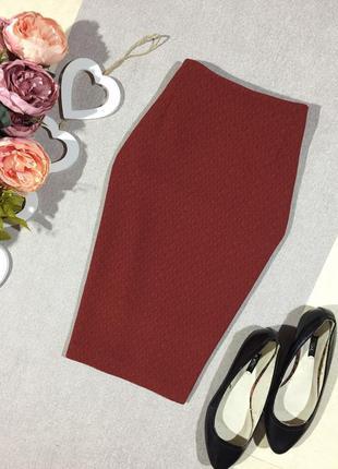 Актуальная юбка по фигуре структурной ткани с разрезами по бокам.