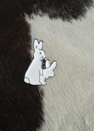 Брошка пин pin кролики белые для джинсовок и тд