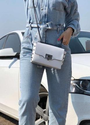 Белая кожаная сумочка на цепочке