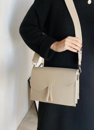 Средняя классическая бежевая сумочка под клатч