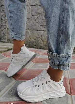 Белые кроссовочки