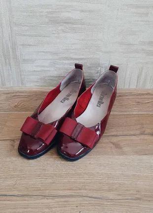 Лаковые кожаные бордовые туфли на низком каблуке