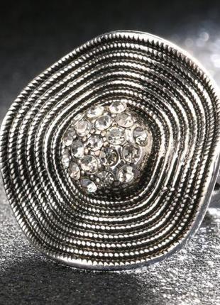 Шикарное большое кольцо серебристого цвета