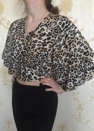 Укороченная блуза из вискозы. топ на запах. леопардовый принт