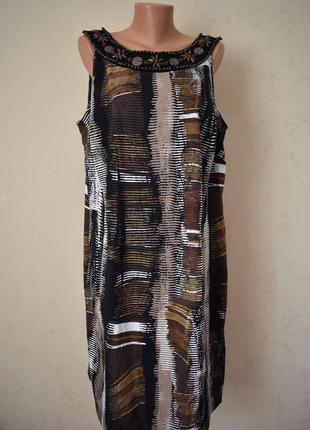 Красивое платье с принтом и украшением большого размера