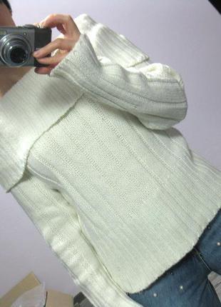Толстый молочный свитер с огромным воротом на плечи