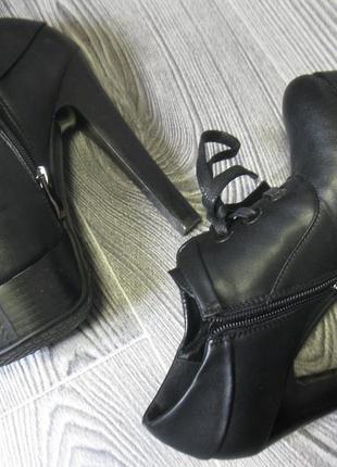 Роскошные черные ботильоны на высоком каблуке