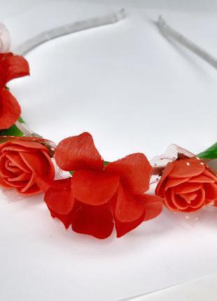 Милый весенний красный обруч из цветов