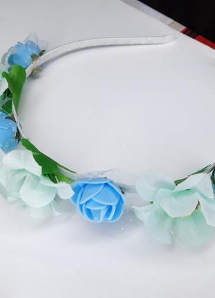 Милый весенний голубой обруч из цветов