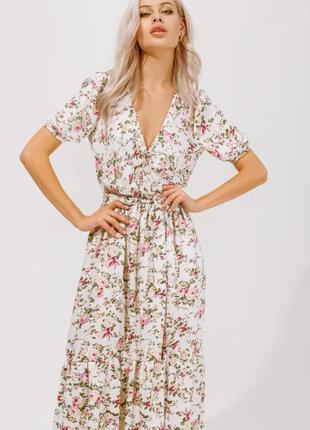 Платье с цветочным принтом молочного цвета летнее