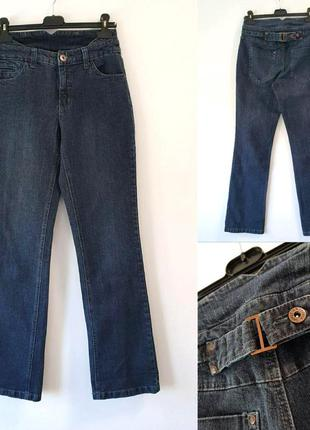 Темно-синие джинсы с интересным поясом