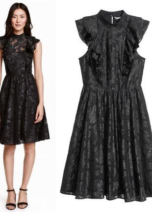 Нарядное черное платье с пишной юбкой