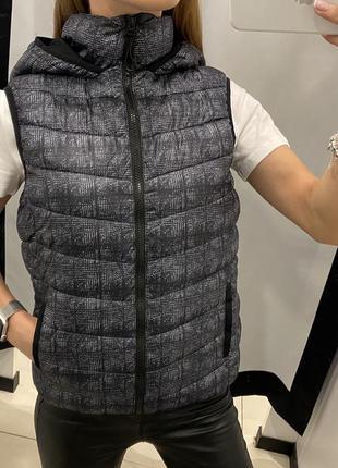 Стёганая серая жилетка с капюшоном жилет amisu есть размеры