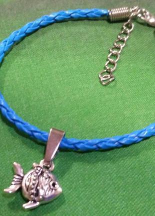 Плетёный кожаный браслет с подвеской рыбка.