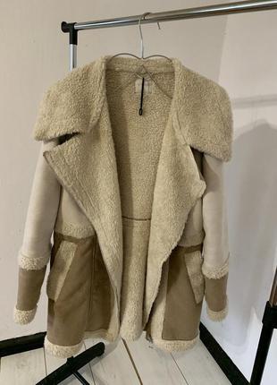 Бежевое пальто косуха