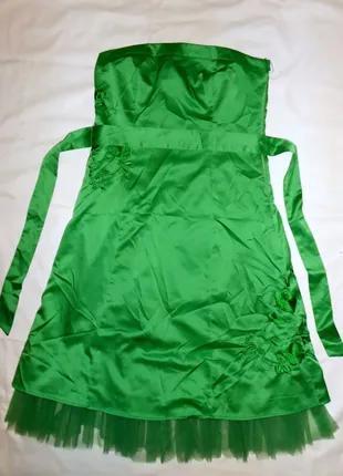 Атласное зеленое нарядное платье с вышивкой  Vila