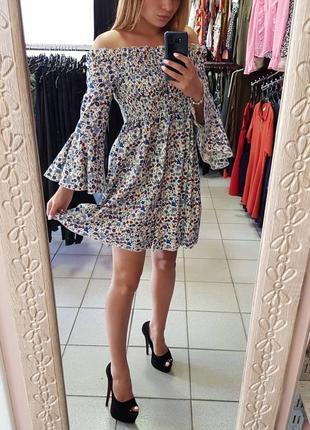 Платье с открытими плечами