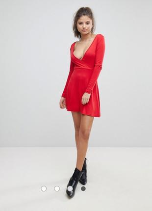 Красное трикотажное платье с полупрозрачным рукавом