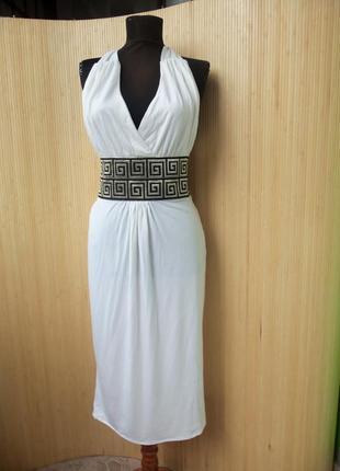 Белое платье с открытой спиной с поясом в стиле versache
