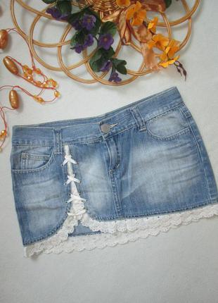 Суперовая джинсовая мини юбка с кружевной окантовкой torn wolfe