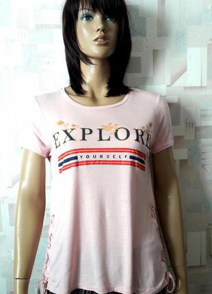 Крутая пудровая футболка с надписью и шнуровкой от pepco