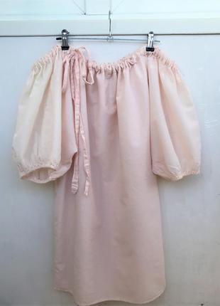 Бледно розовое платье с объемными рукавами