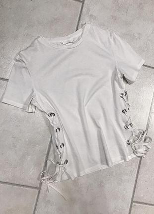 Белая футболка с шнуровкой