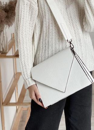 Белая фактурная сумка кросс-боди конверт