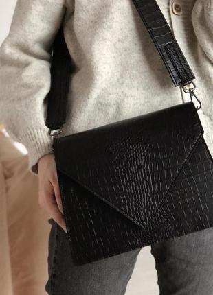 Черная фактурная сумка кроссбоди конверт
