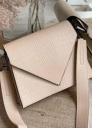 Бежевая фактурная сумка кроссбоди конверт