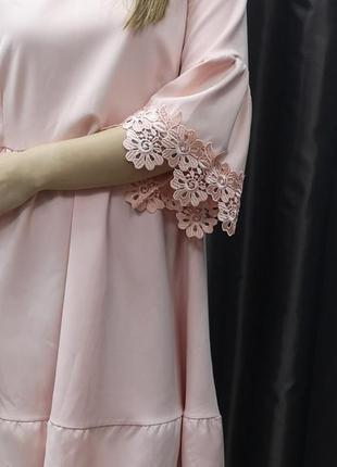 Ярусное платье-трапеция пудрового с кружевом на рукавах цвета
