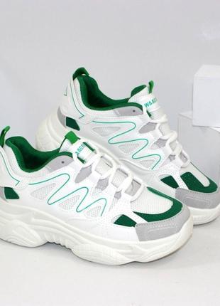Стильные женские белые кроссовки с зелеными вставками