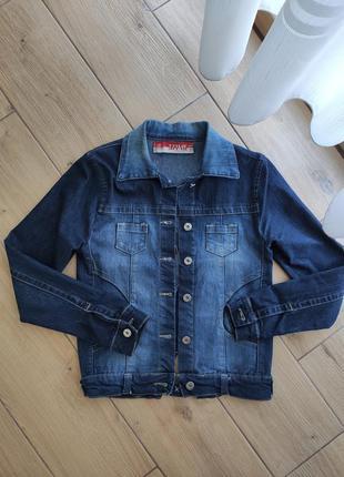 Синяя джинсовая куртка с потертостями размер s-m