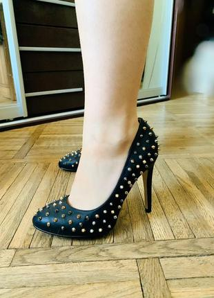 Модные туфли лодочки с шипами от centro