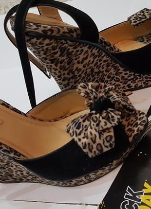 Хит 2020 босоножки в леопардовый принт на танкетке, летняя обувь