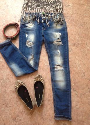 Стильные рваные джинсы с поясом
