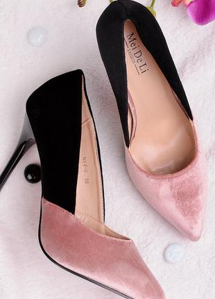 Черно-розовые замшевые туфли на шпильке с острым носком